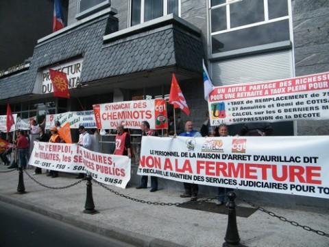 Les syndicats et manifestants devant la préfecture du Cantal