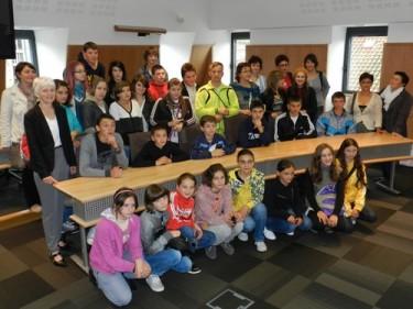 Les élèves de Vorona dans la salle du conseil à Aurillac