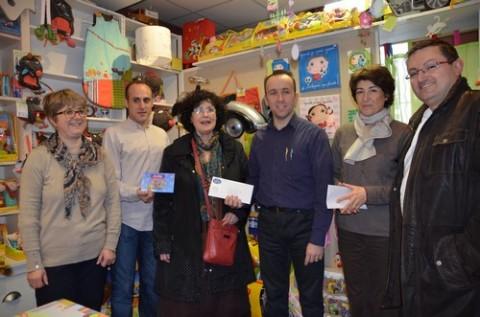 Remise des bons d'achats de jouets à la gagnante du concours Shocolat 2012