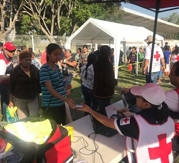el presidente nacional de Cruz Roja Mexicana, Fernando Suinaga Cárdenas, y el coordinador Administrativo de Cruz Roja Mexicana en la entidad, José Luis Alquicira Solís, llevaron a cabo la entrega de la ayuda