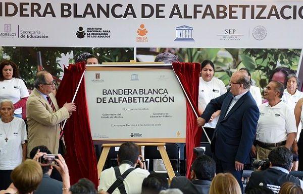 Acompañado por el secretario de Educación Pública, Otto Granado Roldán