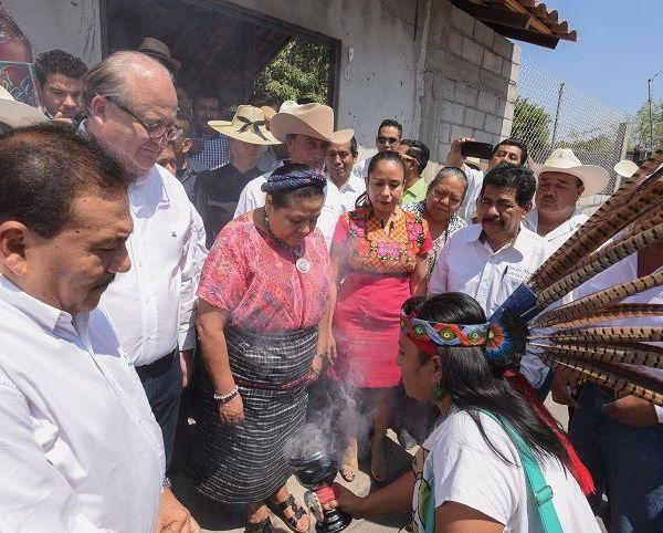 en especial el apoyo que Javier Montes, Julio Espín y Hortencia Figueroa dieron al proyecto para lograr la mayoría y aprobar las reformas necesarias