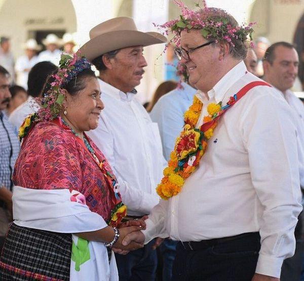 el gobernador Graco Ramírez afirmó que en Morelos, en pleno Siglo XXI, se escribió un nuevo capítulo de la historia, de la lucha por el respeto al derecho que tienen los pueblos indígenas a ser reconocidos y elegir a sus gobernantes