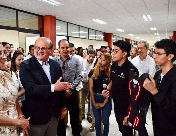 El nuevo Centro de Diseño e Innovación de la Moda de la Universidad Tecnológica Emiliano Zapata (UTEZ) está equipado con tecnología de punta, lo que permite a los estudiantes estar a la vanguardia de las tendencias de la moda en el mundo; las nuevas instalaciones tuvieron una inversión de 26 millones de pesos