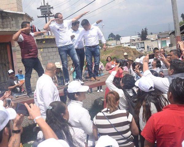 Al hacer recorridos por diversas calles de la colonia La Estación y el centro de Huitzilac, el candidato mencionó que la gente ya está cansada de promesas incumplidas, por lo que pidió una oportunidad para poder ayudarla