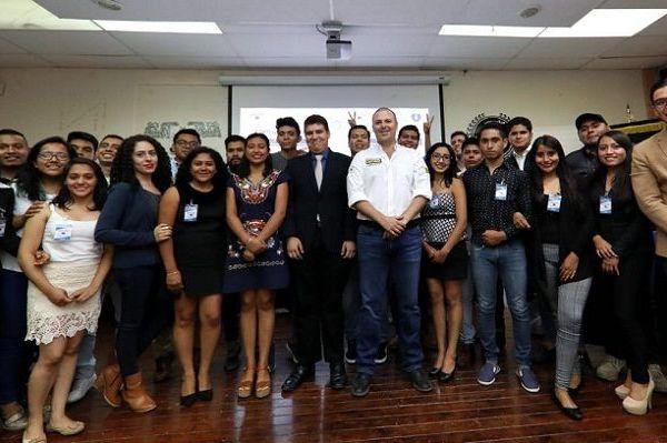 Durante el Foro Universitario, organizado por la Universidad Autónoma del Estado de Morelos (UAEM), el abanderado de los partidos PRD y PSD contestó los cuestionamientos que le hicieron los jóvenes universitarios