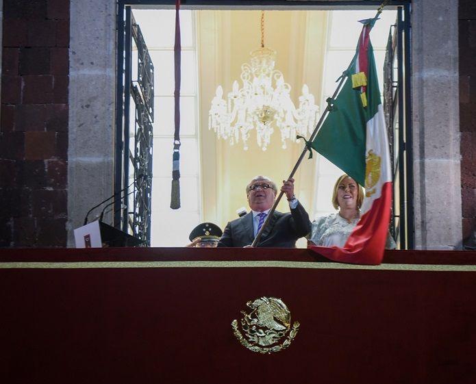 La ceremonia por el aniversario del inicio de la Independencia de México comenzó -en el Salón Bicentenario- con honores a la Bandera Nacional, misma que portaba la escolta de la 24 Zona Militar