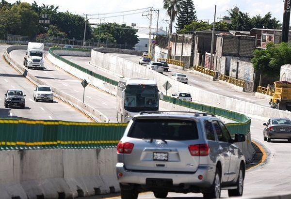 A través de un oficio enviado por el secretario de Obras Públicas, Fidel Giménez-Valdés Román, al director general del Centro SCT Morelos, Héctor Armando Castañeda, se propone retirar la barrera separadora de concreto de los carriles centrales en ambos sentidos de dicha vía