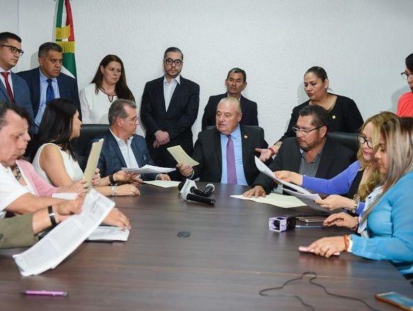 El jefe de la Gubernatura, José Manuel Sanz Rivera, detalló que esta denuncia se presenta por los delitos de ejercicio indebido de funciones, tráfico de influencias y posible enriquecimiento ilícito
