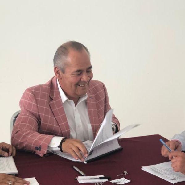 pañado por miembros de la Barra de Abogados del Estado de Morelos, entre ellos Felipe Jasso y Juan Juárez Rivas, el aspirante resaltó que cumple con los requisitos legales que la Ley y la Convocatoria establecen para participar en el proceso de elección del próximo ombudsman morelense