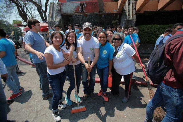 Esta actividad, que encabezó el alcalde Antonio Villalobos Adán y la presidenta del DIF, Orquídea Álvarez González, consistió en llevar a cabo trabajos de embellecimiento urbano desde la Glorieta de Buena Vista hasta la Glorieta Tlaltenango