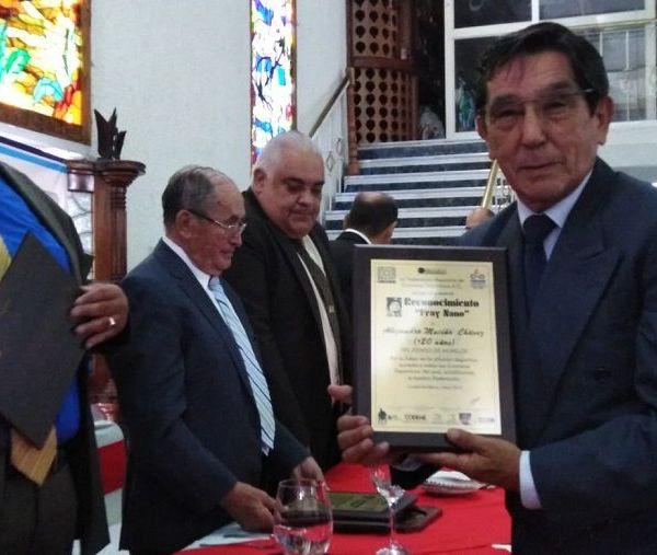Reunida la crema y nata de los cronistas deportivos del país fue galardonado en una emotiva ceremonia de premiación para Alejandro Muciño