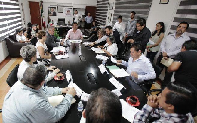 Al tomar protesta a los integrantes del Comité de Obras del Municipio de Cuernavaca, dijo que los recursos económicos con que se contará para obra serán pocos, lo que obligará a la administración que encabeza a ser muy sensibles de las obras que requiere la comunidad y del manejo de los dineros que deberá de ser eficaz y transparente