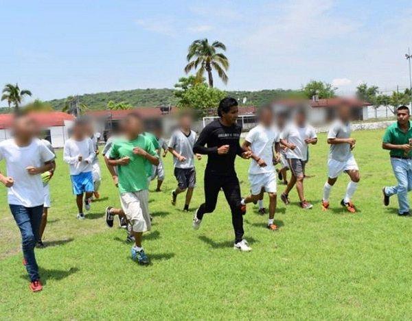 La activación física es una valiosa herramienta para su reinserción social, fomenta buenos hábitos de salud, ayuda a la empatía entre los compañeros, a fortalecer el trabajo en equipo, y eso va formando en ustedes habilidades de vida
