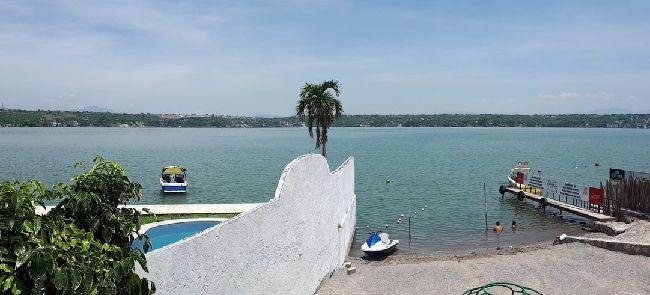 Ubicada en la calle Laguna Ibera, a tan solo 40 minutos de Cuernavaca, en esta playa no se cobra el acceso; y además de restaurante, ofrece servicio de alberca, renta de motos y lanchas acuáticas, así como instructor de esquí acuático