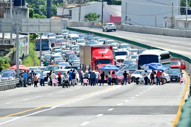 El bloqueo inicio en punto de las 7:30 horas en el acceso al Ejido y la zona urbana, afectando únicamente el ingreso a la ciudad y los residentes del Club de Golf Tabachines, en donde vive el gobernador Cuauhtémoc Blanco Bravo
