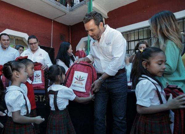 Prosiguió en el CAM número 8 de la Colonia Chapultepec, en donde manifestó que este programa tiene como propósito apoyar la economía de las familias y forma parte de la estrategia de apoyo a la educación