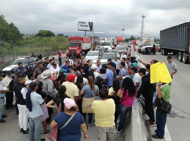 Esta acción unilateral provocó caos vial y afectaciones a miles de personas que por horas intentaron salir o ingresar a Cuernavaca, así como algunos accidentes en el Paso Exprés, en donde poco faltó para que se diera un enfrentamiento entre conductores y manifestantes
