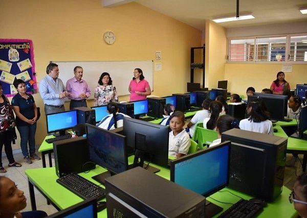 Durante el evento, efectuado en el centro de enseñanza de la colonia Independencia, el alcalde de Jiutepec refirió que la mejor inversión que pueden hacer las autoridades de los diferentes niveles de gobierno es en la educación de las niñas, niños y adolescentes