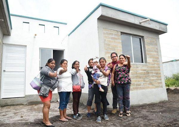 El gobernador Cuauhtémoc Blanco entregó las llaves de su nueva casa a Miguel Ángel Bonilla, José Eduardo Aniceto Carranza y Jorge Alberto Pineda Álvarez