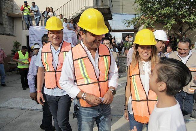 El alcalde expresó que la obra consta de la construcción de una techumbre metálica tipo INIFED sobre la cancha de usos múltiples de dicha institución y se ejecuta con recursos del Fondo de Aportaciones para la Infraestructura Social (FAIS), Ramo 33 Fondo III