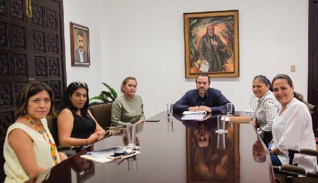 Acompañado por la directora del Instituto de la Mujer (IMM), Flor Dessiré León Hernández, acordó hacer las gestiones necesarias con la Comisión Estatal de Seguridad (CES) para que el área responsable pueda capacitarlas sobre la estrategia de Segurichat, y coadyuven en las medidas preventivas que desde el Gobierno estatal se llevan a cabo
