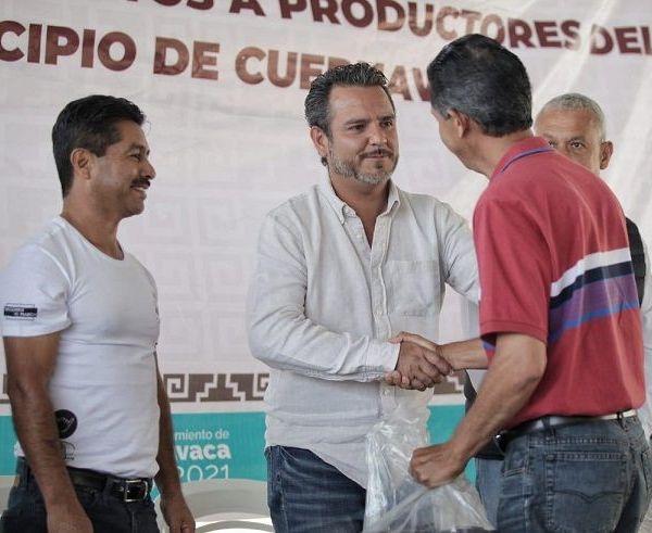 A nombre de los productores de aquella comunidad, Antonio García Mariscal, pidió que los recursos lleguen en tiempo y forma, además de mejorar el sistema de comercialización de plantas ornamentales
