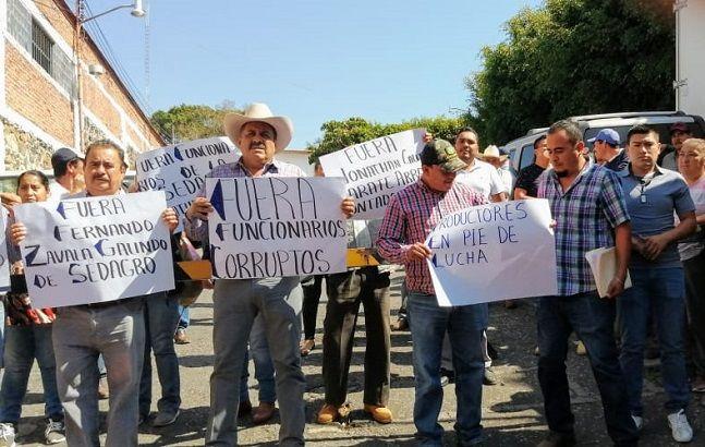 Denunciaron que funcionarios de la dependencia, entre ellos Fernando Zavala Galindo, director general de Infraestructura Hidroagrícola y Desarrollo Rural, y Jonathan Calixto Zárate Arroyo, pretenden que los recursos destinados de los aguacateros se ejerzan a través de intermediarios