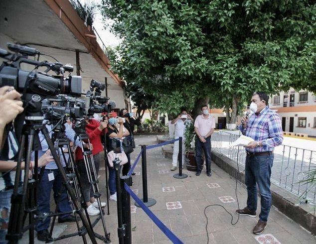 Así lo informó el secretario del Ayuntamiento, Erick Santiago Romero Benítez, quien precisó que durante su mandato, el alcalde Antonio Villalobos Adán, ha sido y es respetuoso de los derechos humanos y, ante la emergencia sanitaria por la pandemia, el gobierno municipal cumplirá con lo contenido en el Artículo 128 del Bando de Policía y Buen Gobierno