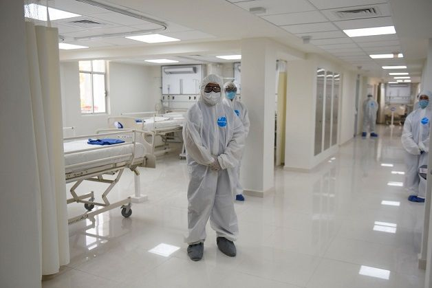 """El mandatario estatal y Elsa Veites Arévalo recorrieron los hospitales """"Dr. Carlos Calero Elorduy"""" y Militar de Zona, ubicados en Cuernavaca"""