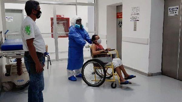 Al ser dada de alta, la paciente de 43 años agradeció el trabajo, dedicación y profesionalismo del personal de salud que la ayudó a superar esta enfermedad; al tiempo que resaltó la atención que recibió desde su ingreso hasta egreso
