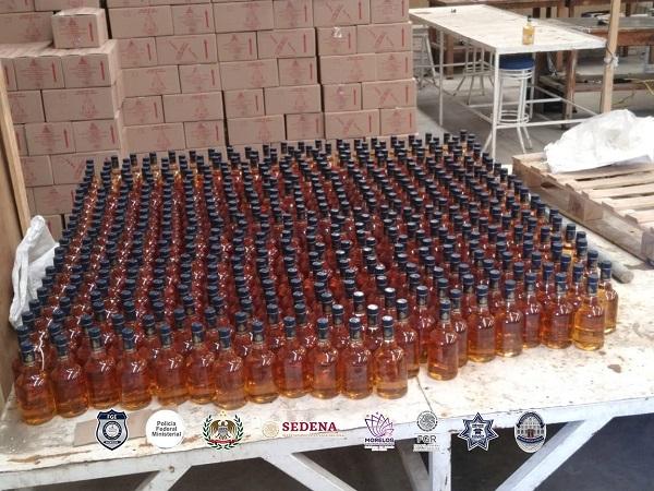 En las acciones operativas, se logró el decomiso de cientos de cajas con botellas listas para su distribución, así como el aseguramiento de droga, vehículos, documentos, cajas impresas, botellas vacías y etiquetas de distintas marcas comerciales