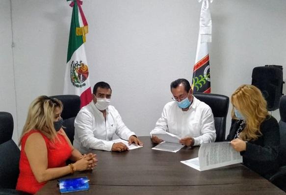 Fue atendido por el fiscal Juan Salazar Núñez, a quien le explicó que la funcionaria estatal está quebrantando la ley al no cumplir con los 10 años de antigüedad para ejercer el cargo, además de que no cuenta con la experiencia en el área