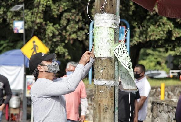 Con garrocha, machete, martillo y espátula en mano, el alcalde quitó anuncios de lona y plástico en postes de la avenida Ávila Camacho las cuales, además de contaminación visual, son una fuga de ingresos para el Ayuntamiento, pues los anunciantes no pagan derechos al municipio