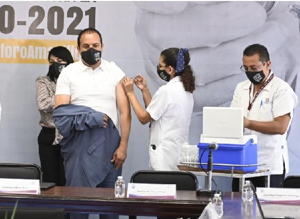 Lo anterior, en el marco de la conferencia de prensa celebrada en el Salón Morelos del Palacio de Gobierno estatal, para dar a conocer la situación actual del coronavirus COVID-19 en la entidad, donde el mandatario estatal también se aplicó la vacuna contra la influenza