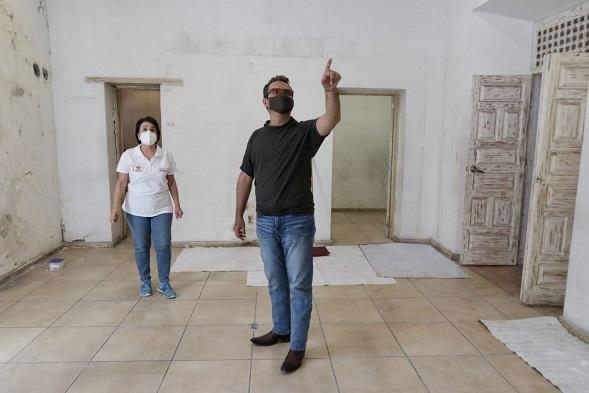 """Al dar el """"primer brochazo"""", el alcalde anunció la creación de tres de estos inmuebles para fortalecer el arte y la cultura del municipio, con todas las medidas sanitarias correspondientes"""