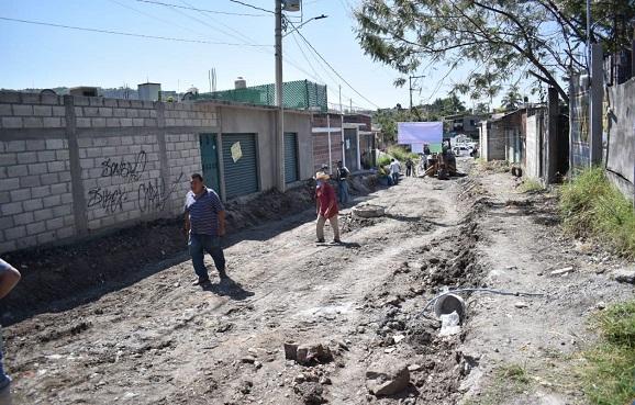 En la visita que realizó a los cuatro territorios de la demarcación el presidente municipal de Jiutepec, Rafael Reyes Reyes comunicó a los vecinos que a pesar de la contingencia sanitaria que se vive a causa del COVID-19, las obras de mejoramiento no pueden parar y la administración que encabeza sigue trabajando para ofrecer mejores condiciones de vida