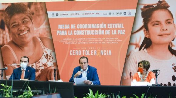 A partir de hoy, esta agenda estratégica forma parte de la Mesa de Coordinación Estatal para la Construcción de la Paz, que este día sesionó con la participación de Flor Dessiré León Hernández, titular del Instituto de la Mujer para el Estado de Morelos, quien acudirá el 25 de cada mes para dar seguimiento a los temas en materia de violencia de género
