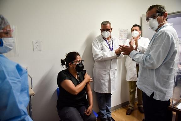 """Tras su entrega a cada hospital Covid, fue la doctora Nancy Guevara Rubio, adscrita al área de urgencias adultos Covid-19 del Hospital General de Cuernavaca """"Dr. José G. Parres"""", la primera en ser inmunizada en Morelos"""