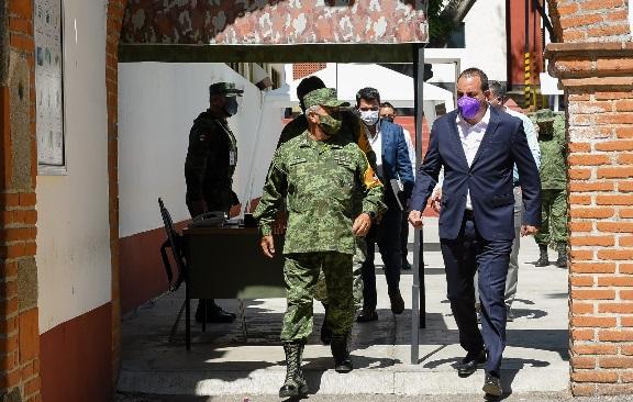 Acompañado por el General de Brigada Diplomado de Estado Mayor, Agustín Vallejo Silva, comandante de la 24/a Zona Militar, así como del Almirante José Antonio Ortiz Guarneros, comisionado Estatal de Seguridad Pública, y el subsecretario de Gobierno, Mauricio Robles Cortés