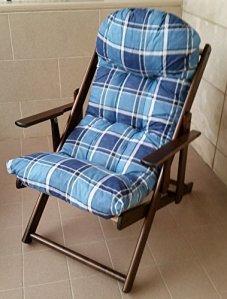 Liberoshopping Fauteuil Relax en Bois Pliante 3Positions Coussin Super rembourré H 100cm Bleu Carreaux