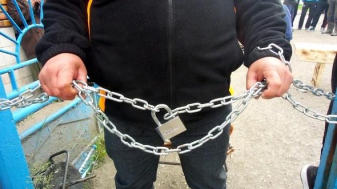 minerii-romani-protesteaza-ca-trebuie-sa-si-aduc-sapele-de-acasa-64-body-image-1433508157
