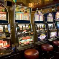 Când se redeschid casele de pariuri sportive și sălile de păcănele: Pariorii vor purta măști, iar între aparate va fi montat plexiglas