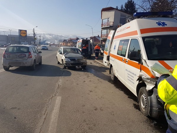 Ambulanță  implicată într-un accident la Petroșani