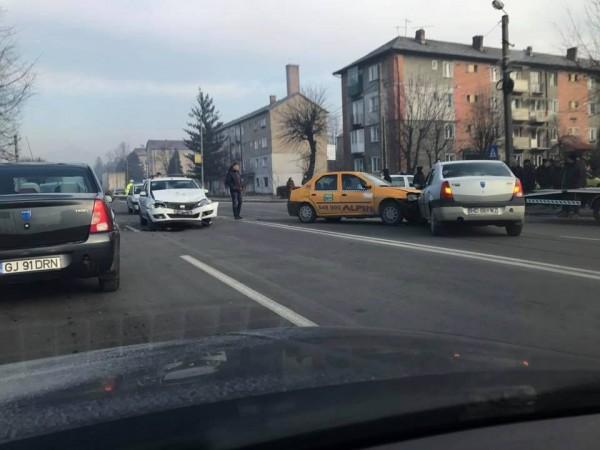 UPDATE. Petroșani. Trei autoturisme implicate într-un accident rutier
