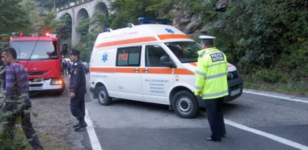 Patru victime după ce o mașină a căzut în gol șase metri, în Defileul Jiului