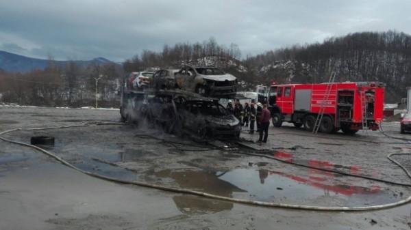 ALERTĂ. Trafic blocat pe DN 6 după ce un TIR încărcat cu opt maşini a luat foc. Patru dintre ele au explodat