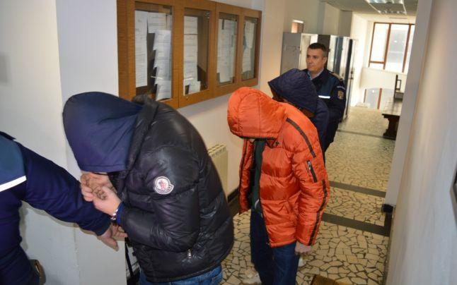 Traficanți de droguri din Petroșani, arestați preventiv
