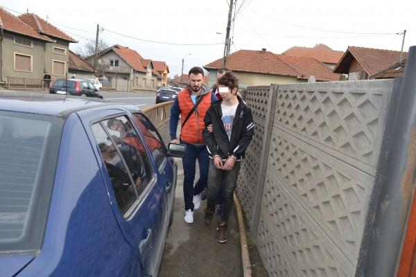 Tânăr din DEVA prins în flagrant în timp ce incerca sa fure dintr-o locuintă de pe strada  Sântuhalm