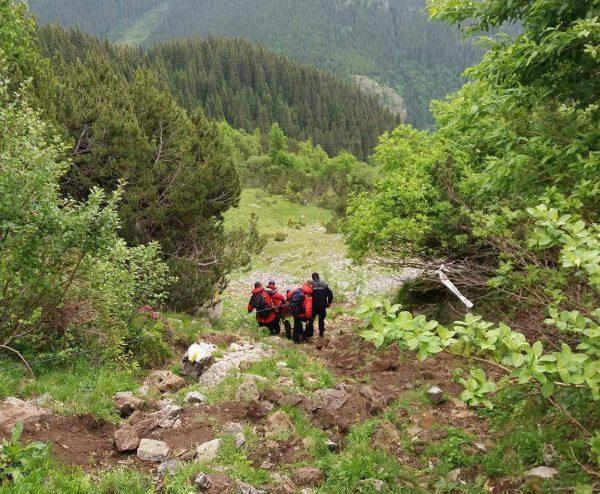 Un bărbat rănit într-o cursă de alergare în Retezat, salvat de  salvamontiști și jandarmii montani